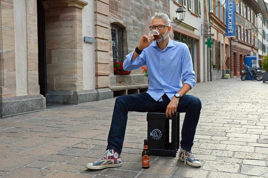 Ein bauchiges Glas muss es sein: Biers...izer Rheinfelden bei der Verköstigung.    Foto: Horatio Gollin