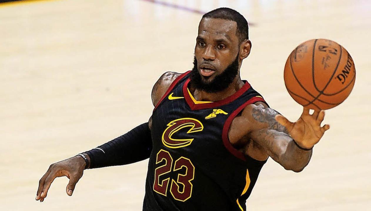 Musste wegen  Verletzung viel mit links machen: LeBron James   | Foto: AFP