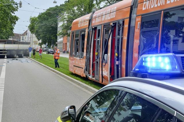 Mehrere Leichtverletzte nach Kollision von Tram und Schwerlaster
