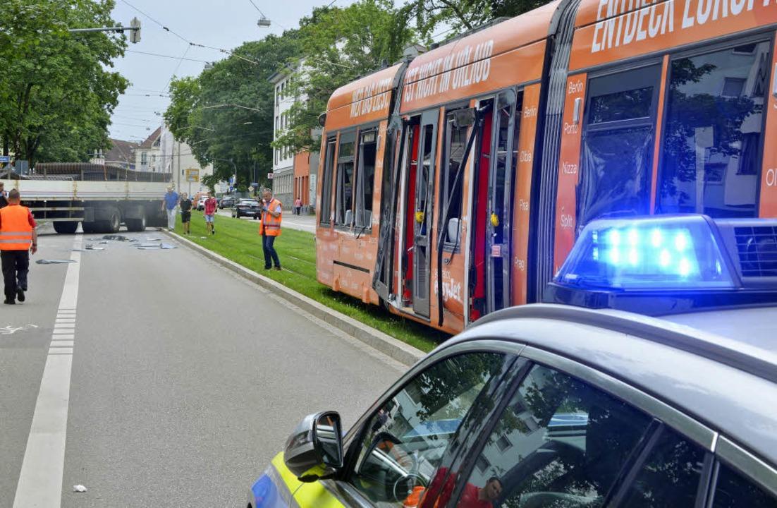 Polizei und Rettungswagen sind vor Ort.  | Foto: Michael Bamberger
