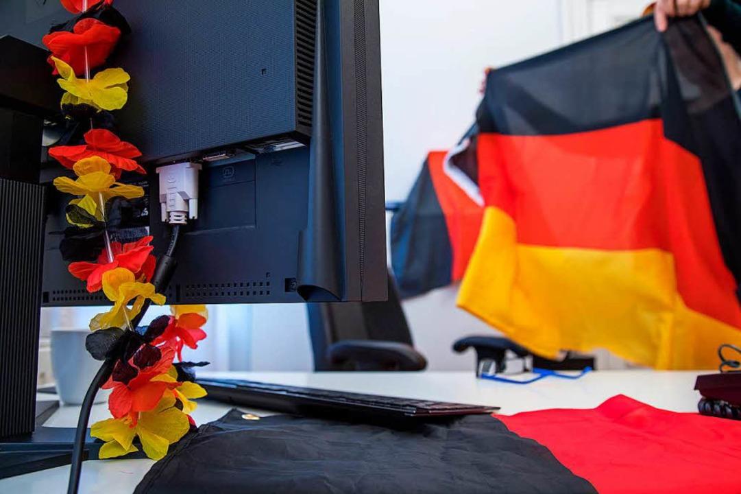 Ob bei der Arbeit Fußball geschaut wer... in der Entscheidung des Arbeitgebers.  | Foto: Christin Klose