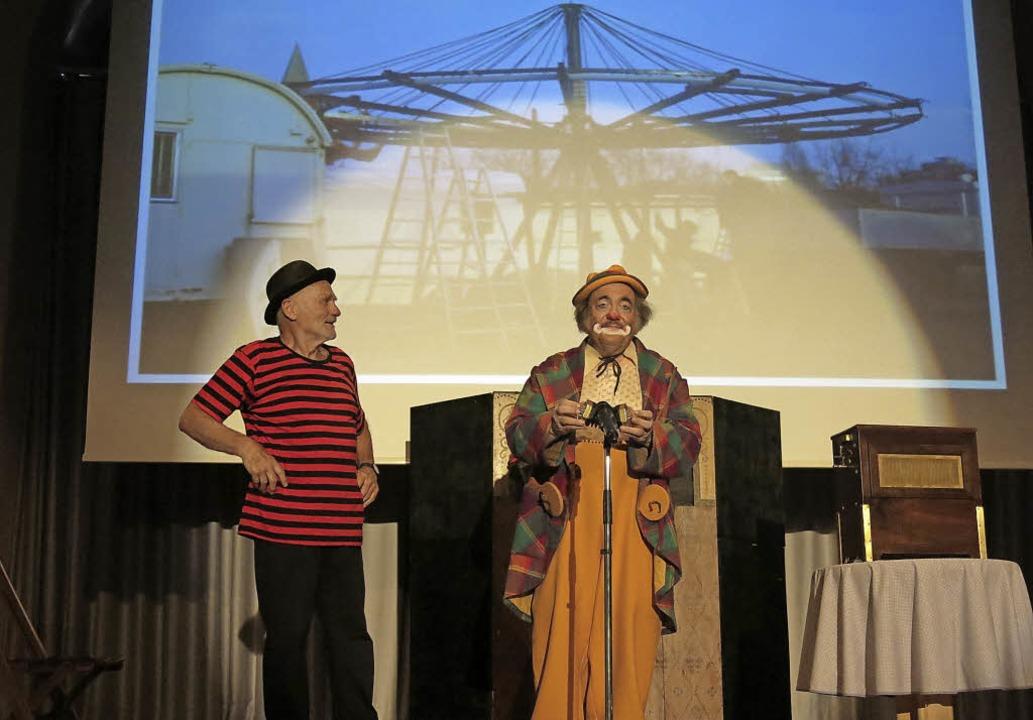 Pablo (Peter Thomann) und Fax (Wolfgan...e auf der kleinsen Konzertina der Welt    Foto: Georg Voß