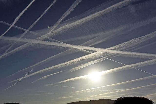 Flugspuren verzieren den Himmel in Lörrach