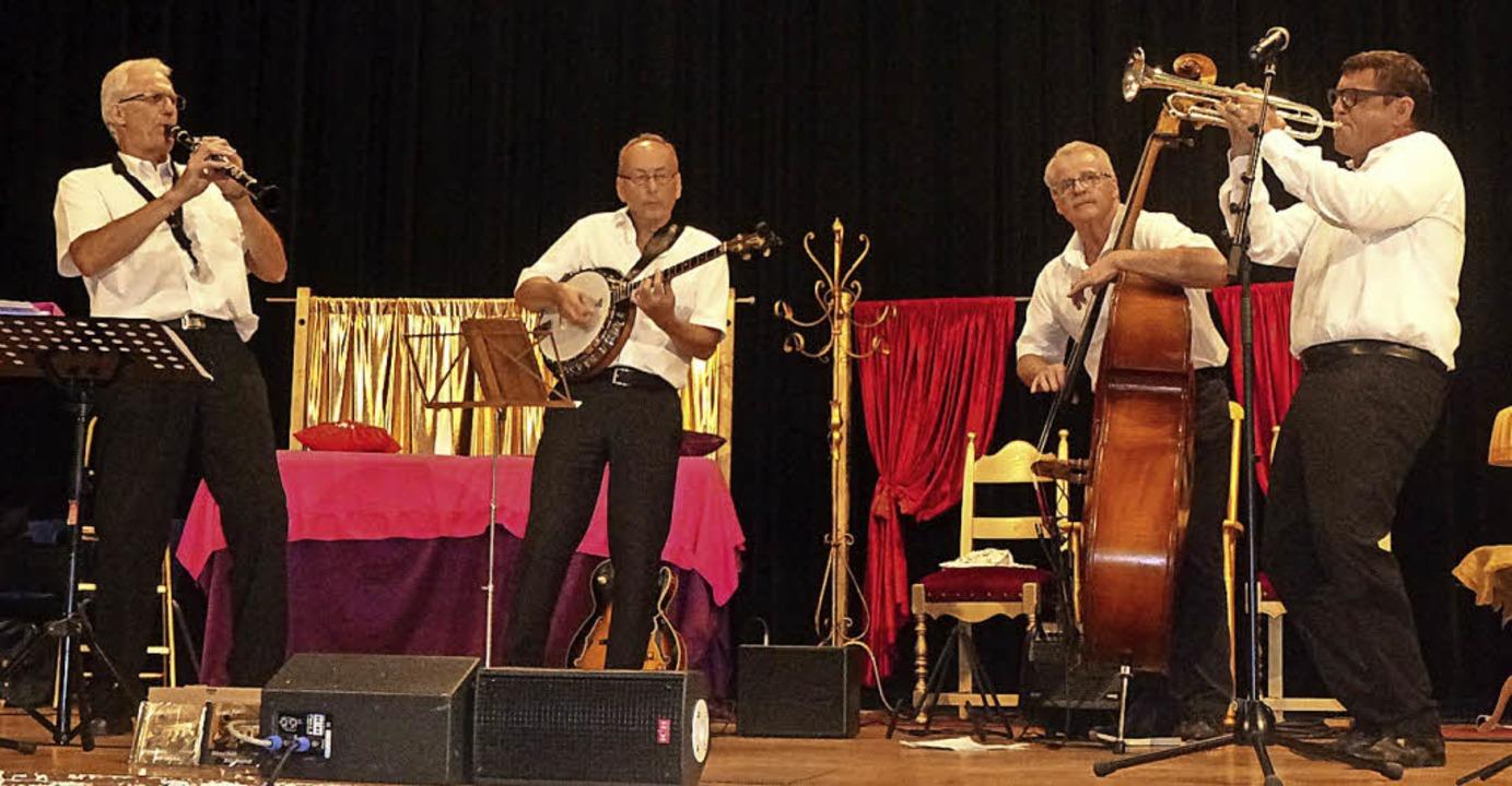 Helmut Dold und seine Combo in der Festhalle Tunsel   | Foto: Anne Freyer