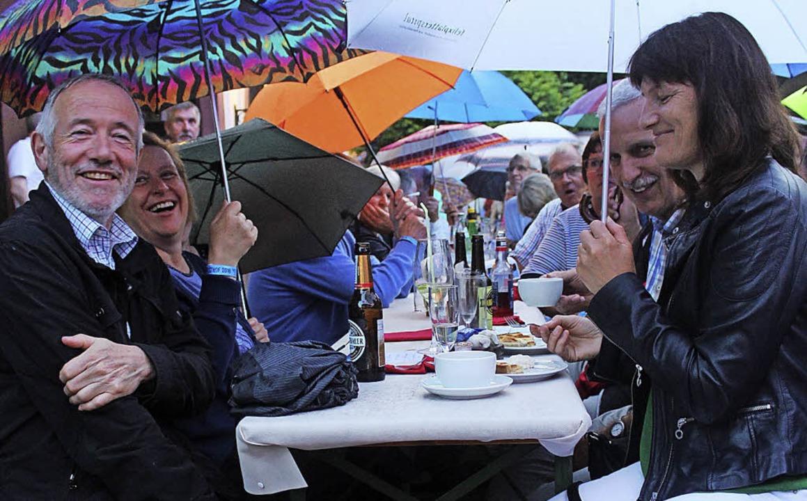 Der Regen konnte die gute Stimmung nic...s Publikum die Akteure von der Bühne.   | Foto: Cremer