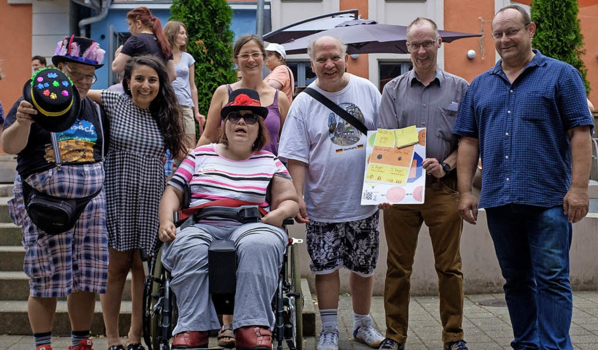 Teilnehmer und Organisatoren posieren ...rsch Haus der Diakonie Wehr-Öflingen.     Foto: Ansgar Taschinski