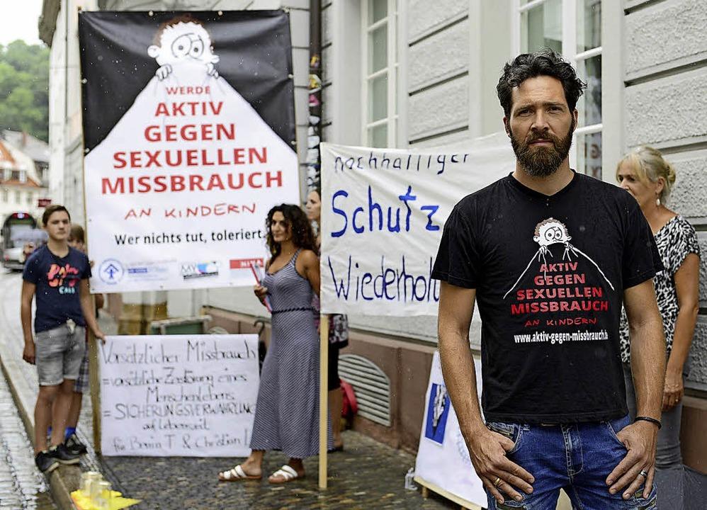 Benjamin Ottstadt  bei der Mahnwache am Landgericht  | Foto: Ingo Schneider