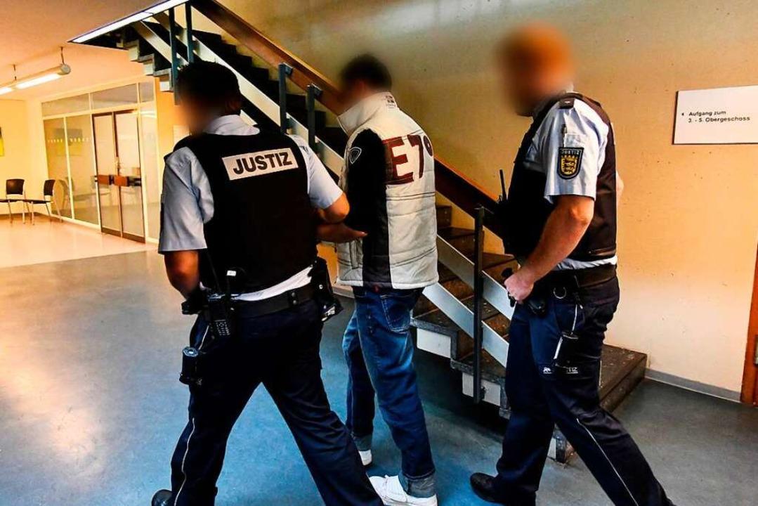 Der angeklagte Christian L. wird zu Be... dem Freiburger Gerichtssaal gebracht.  | Foto: dpa