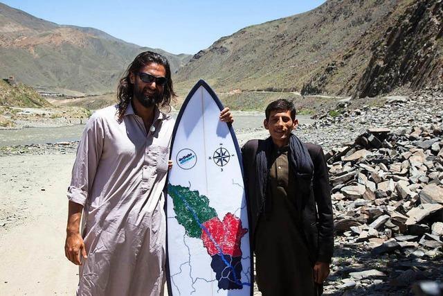 Drei Männer bringen Afghanen das Surfen bei