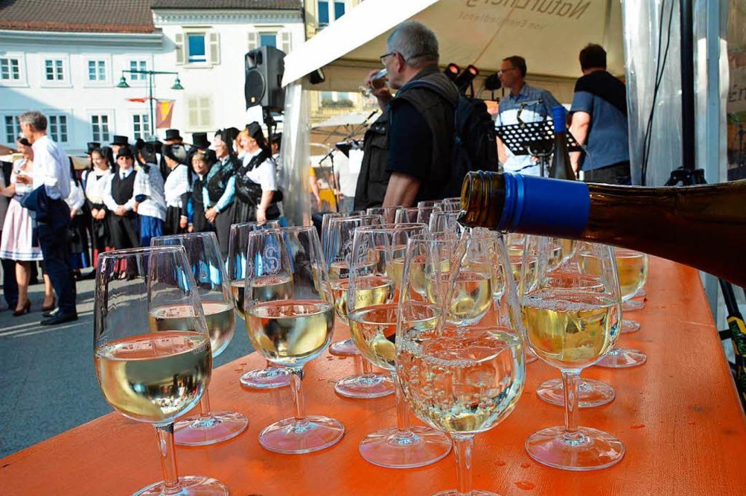 Zur Eröffnung des Weindorfs wird Gutedel ausgeschenkt.  | Foto: Barbara Ruda