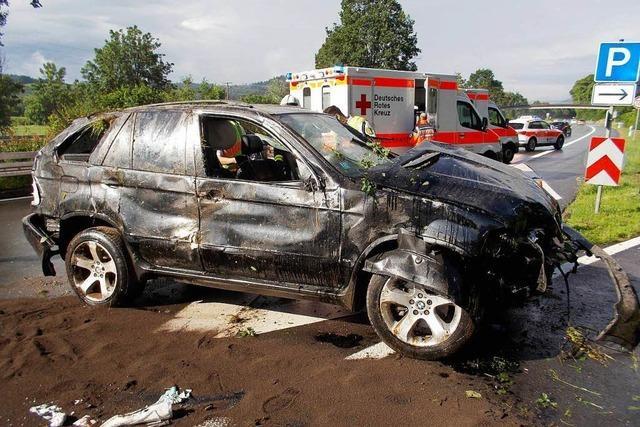 Auto überschlägt sich auf B 294: Zwei Verletzte