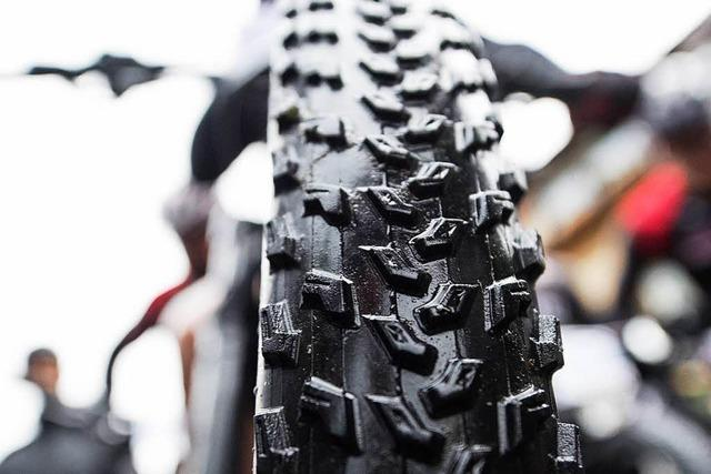 Mountainbiker stirbt nach Kollision mit Mazda