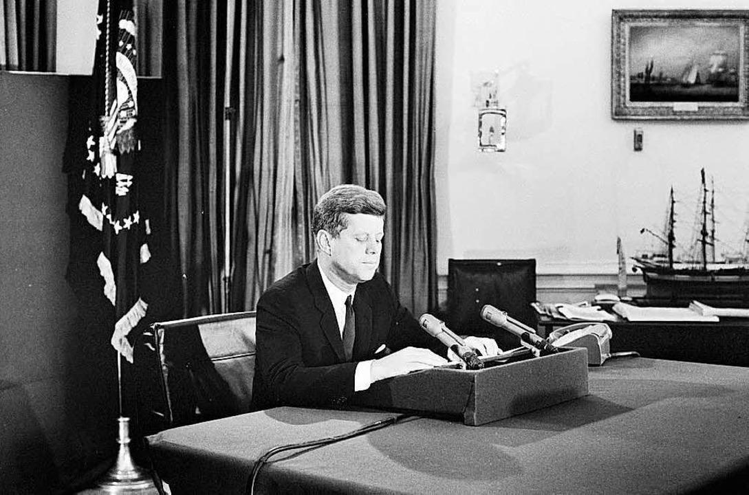 John F. Kennedy im Jahr 1962 bei einer Radioansprache.  | Foto: dpa