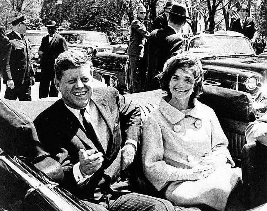 Der damalige US-Präsident John F. Kenn...hington D.C. (USA) in einem Cabriolet.  | Foto: dpa