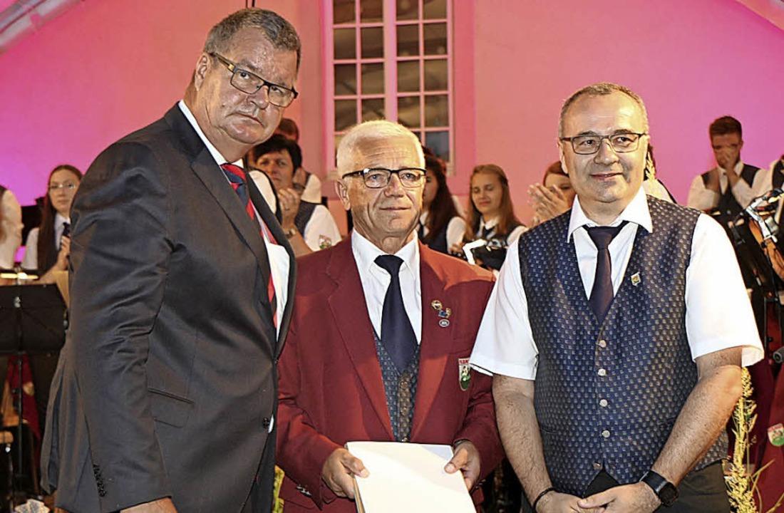 Franz Fortwängler (Mitte)  wurde von B...de  Christian Hirschbolz gratulierte.   | Foto: Helmut Hassler