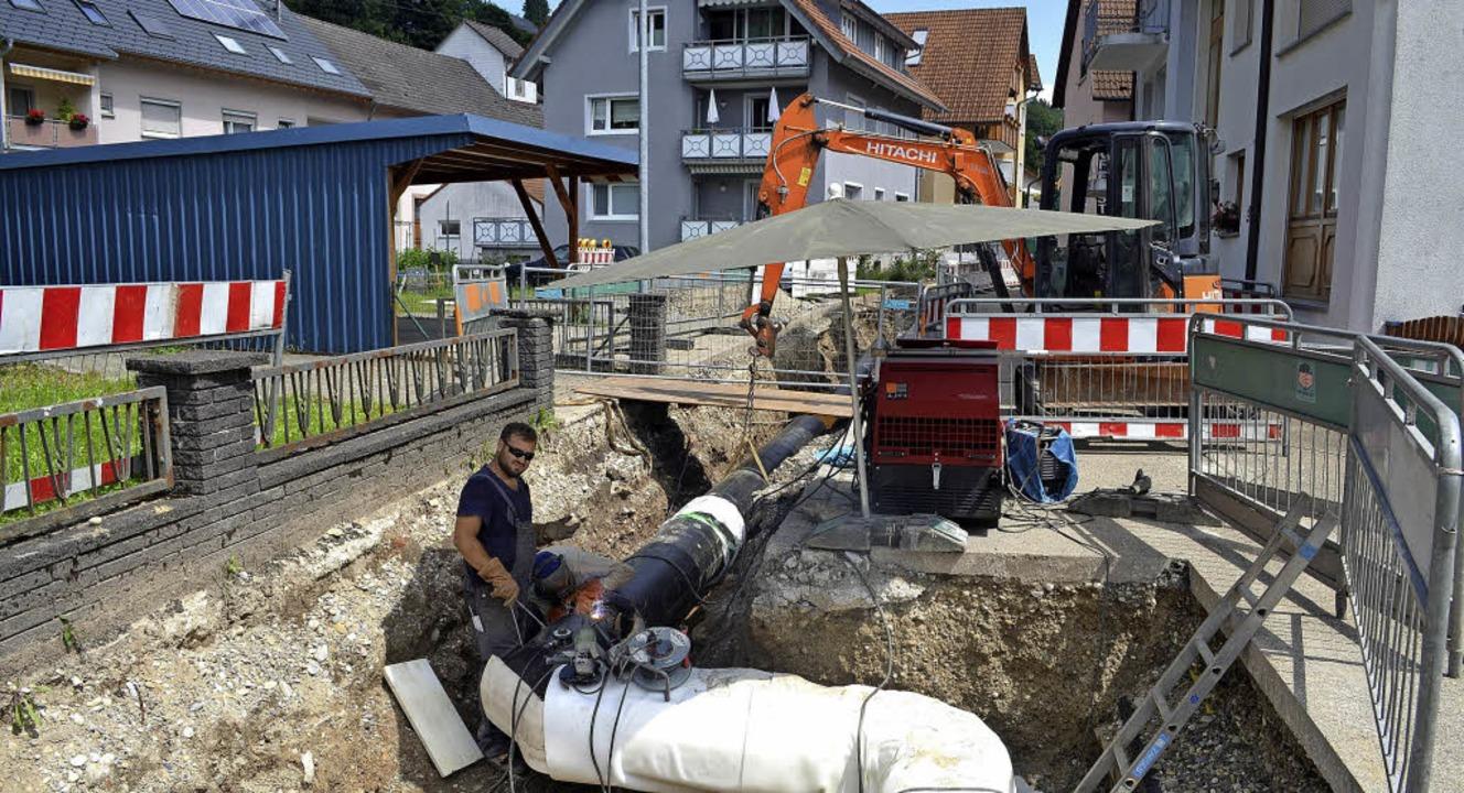 Lange Gräben durchziehen immer von neu...e Röhren von Fachkräften verschweißt.   | Foto: Nikolaus Bayer