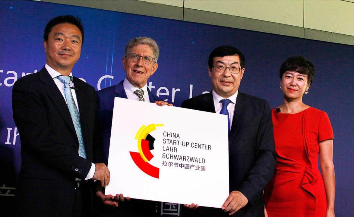 Das Firmenschild kann angeschraubt wer...Weidong Wang und Gründerin Jingwen Liu  | Foto: Heidi Foessel