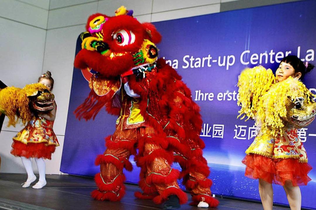 Der Löwentanz soll der Unternehmensgründung das erhoffte Glück bringen.  | Foto: Heidi Foessel