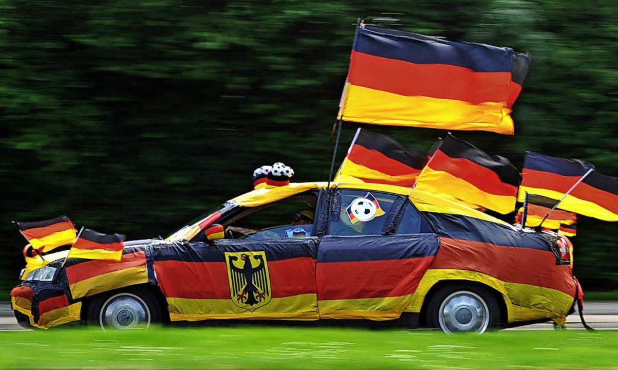 Dieser Autofahrer lässt keine Zweifel ... alles erlaubt, was dem Fan gefällt.      Foto: Julian Stratenschulte (dpa)