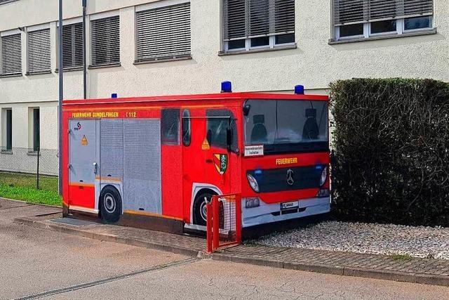 Feuerwehrauto unter Spannung