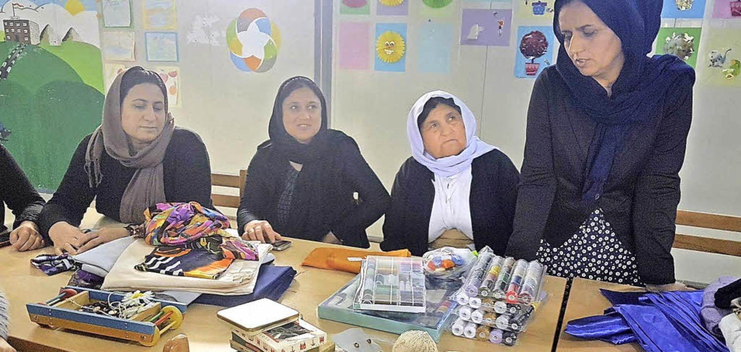 Im Nähatelier im Qadya Camp nähen jesi... anderem Kostüme für eine Tanzgruppe.   | Foto: privat