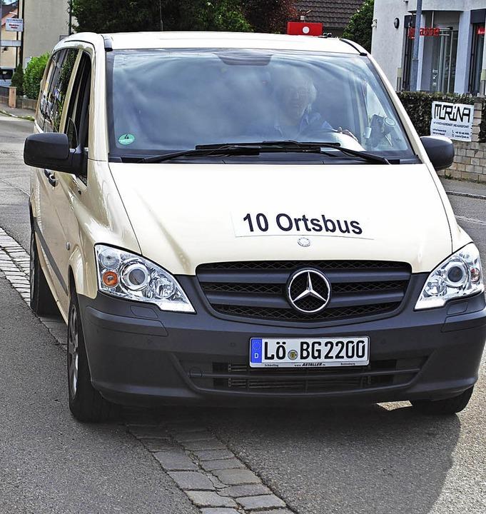 Der Ortsbus Linie 10 an der Haltestell... Fahrzeug für diese Linie angeschafft.  | Foto: Thomas Loisl Mink