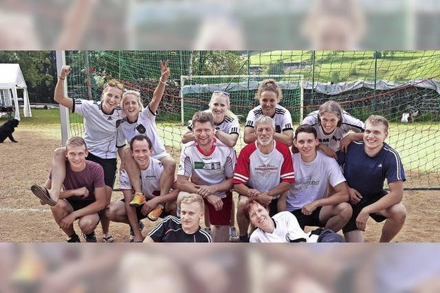 Dorfmaidle und Holzinshaus-Team jubeln