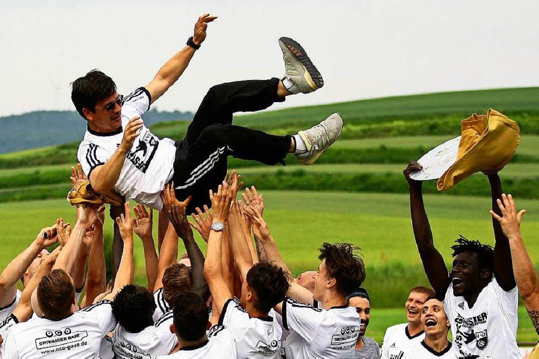 Die Dinglinger Spieler lassen ihren Tr...er errungenen Meisterschaft hochleben.  | Foto: Peter Aukthun-Goermer