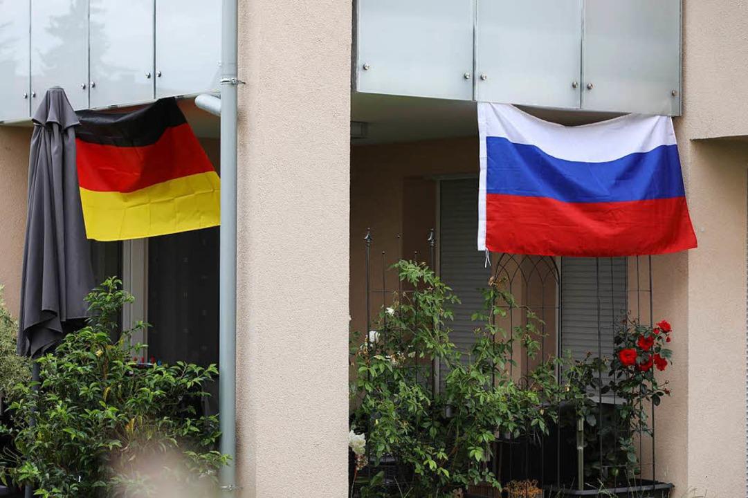 Doppelt hält besser: Ein Lahrer zeigt ...auf der anderen die russischen Farben.  | Foto: Christoph Breithaupt