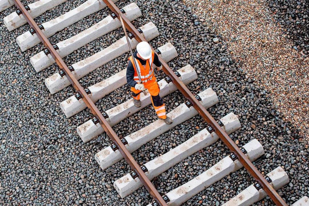 Der Bahnausbau im Rheintal erhält bess...hutz als von der Bahn selbst geplant.   | Foto: dpa
