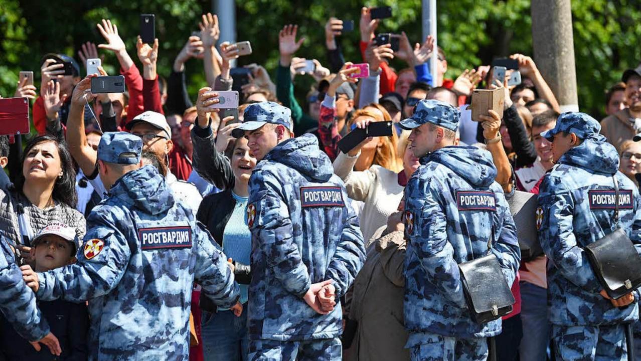 Wenn der Weltmeister übt: Schüler der ... fotografieren. Gut bewacht natürlich.  | Foto: dpa
