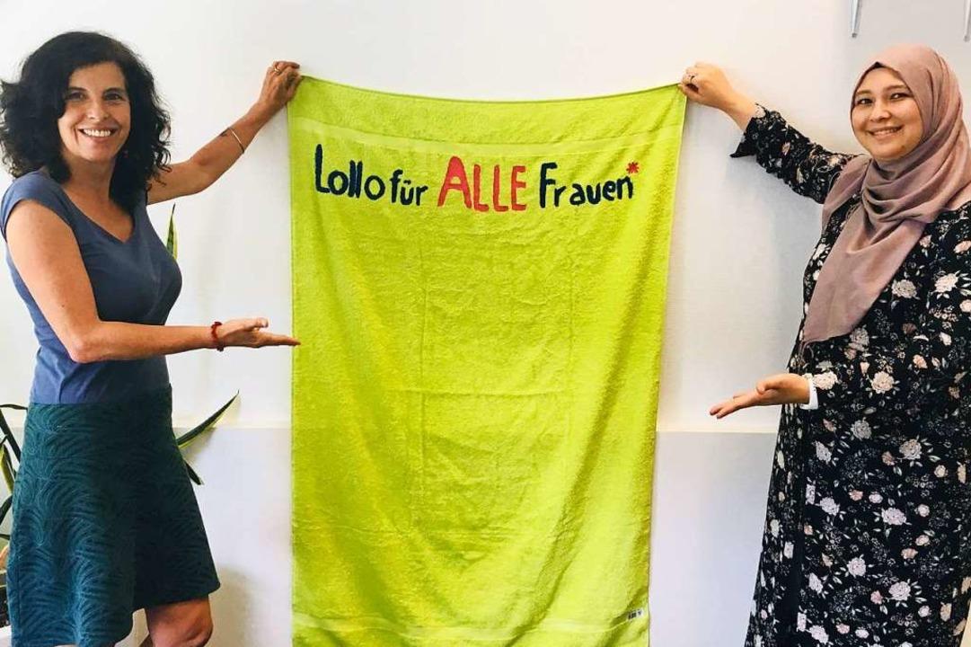 Annette Joggerst (links) und Ayse Cina...milia Freiburg mit dem Aktionshandtuch  | Foto: Privat