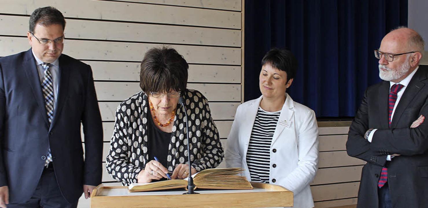 Gerne trug sich Staatsrätin Gisela Erl...Regierungsvizepräsident Klemens Ficht.  | Foto: Christa Maier