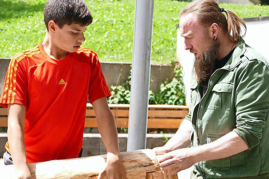 Mit Elan arbeiteten die Schüler an den Kunstobjekten, die bald auf dem Schulgelände ausgestellt werden sollen. (Foto: Stefan Limberger-Andris)