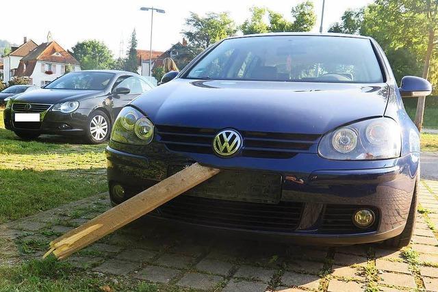 Ein Holzbrett auf der A 98 bei Lörrach beschädigt zwei Autos