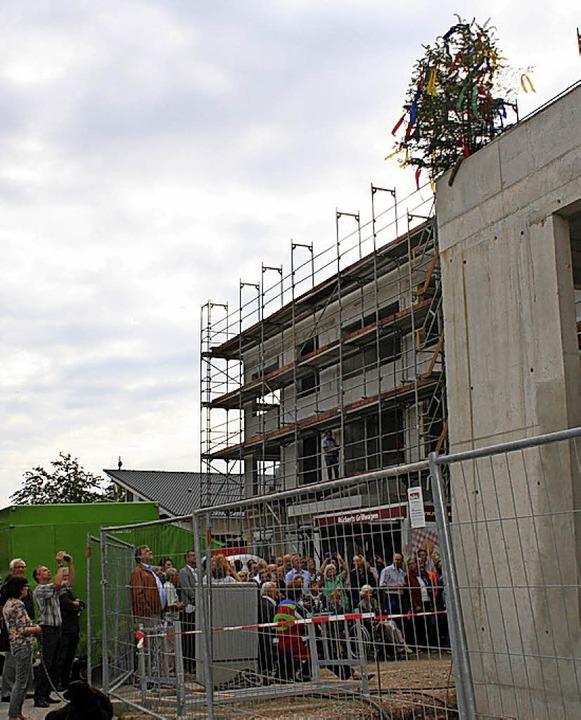 Der Richtbaum (li.) im Vörstetter Rote...ithin sichtbar den Baufortschritt an.   | Foto: A. Kunz, A. Fertl
