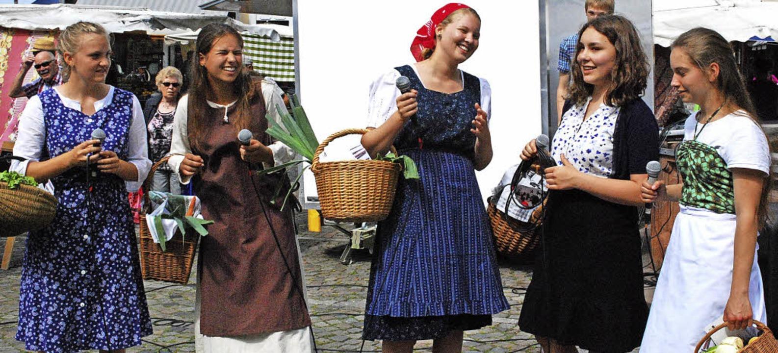 Die Schülerinnen Amélie Fechner,  Lara...t mit der nächsten Performance weiter.  | Foto: Sylvia-Karina Jahn