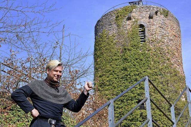 Wigand Neumann führt durch die Sausenburg in Kandern