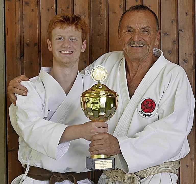Marius Werz mit seinem Trainer Josef Faller     Foto: Karate Dojo Breisach