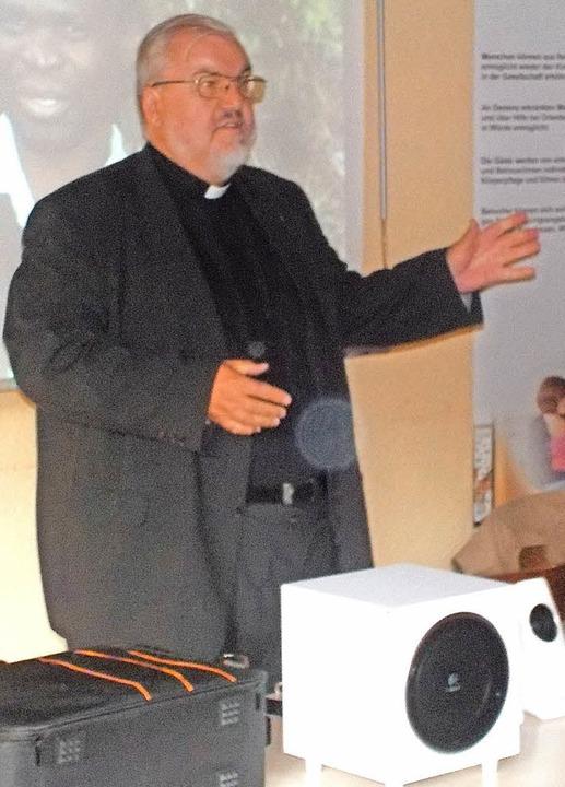 Father Gerard Lagleder berichtete auf ...er seine Missionsarbeit in Südafrika.   | Foto: Hrvoje Miloslavic