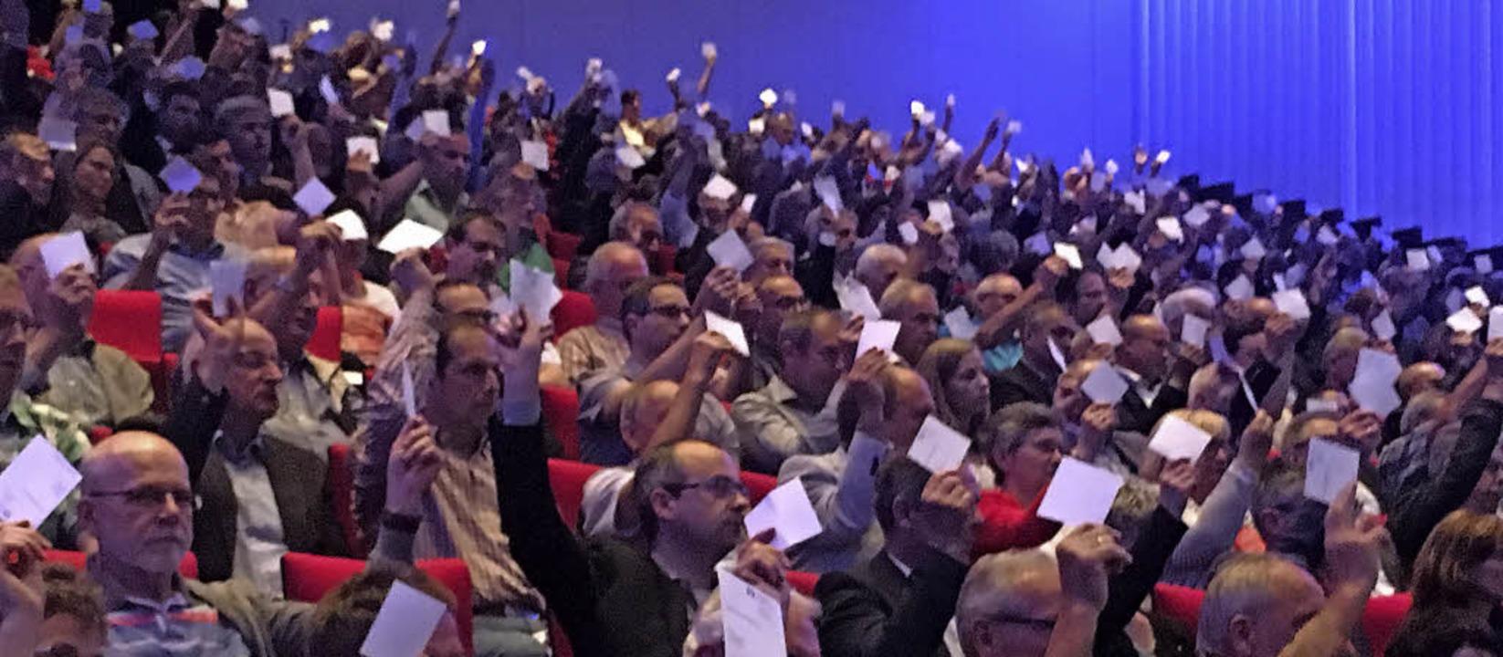 """Die Vertreter der """"Volksbank in ...r Versammlung keinen Grund zu Kritik.     Foto: Cornelia Weizenecker"""