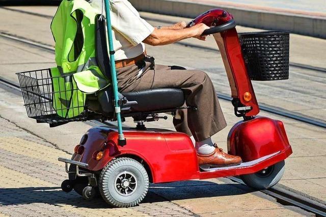 Senior verirrt sich mit Krankenfahrstuhl auf Autobahn bei Singen