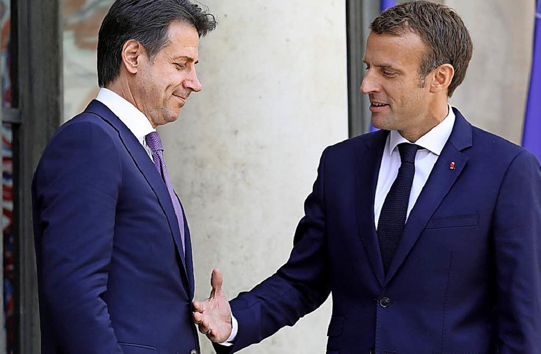 Frankreichs Premier Emmanuel  Macron r...Amtskollegen Giuseppe Conte die Hand.   | Foto: dpa