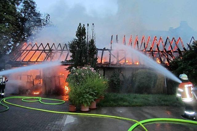 Wirtschaftsgebäude abgebrannt – Feuerwehr verhindert Schlimmeres