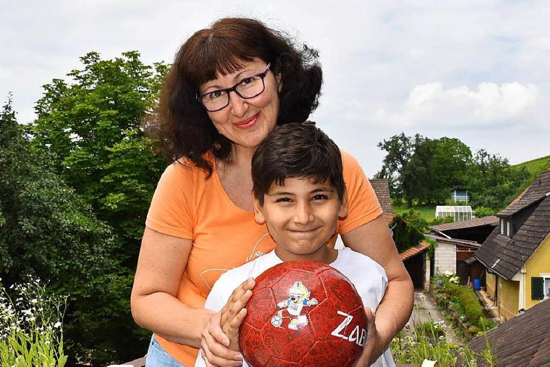 Nadja Eberhardt und Sohn Ivan mit dem offiziellen WM-Ball samt Maskottchen.    Foto: Andrea Gallien