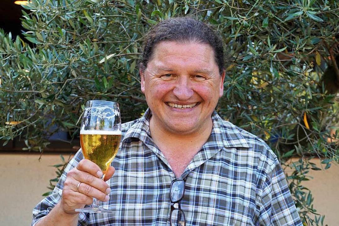 Für Oswald Prucker gehört zum Fußball-Gucken  Bier.    Foto: Julius Wilhelm Steckmeister