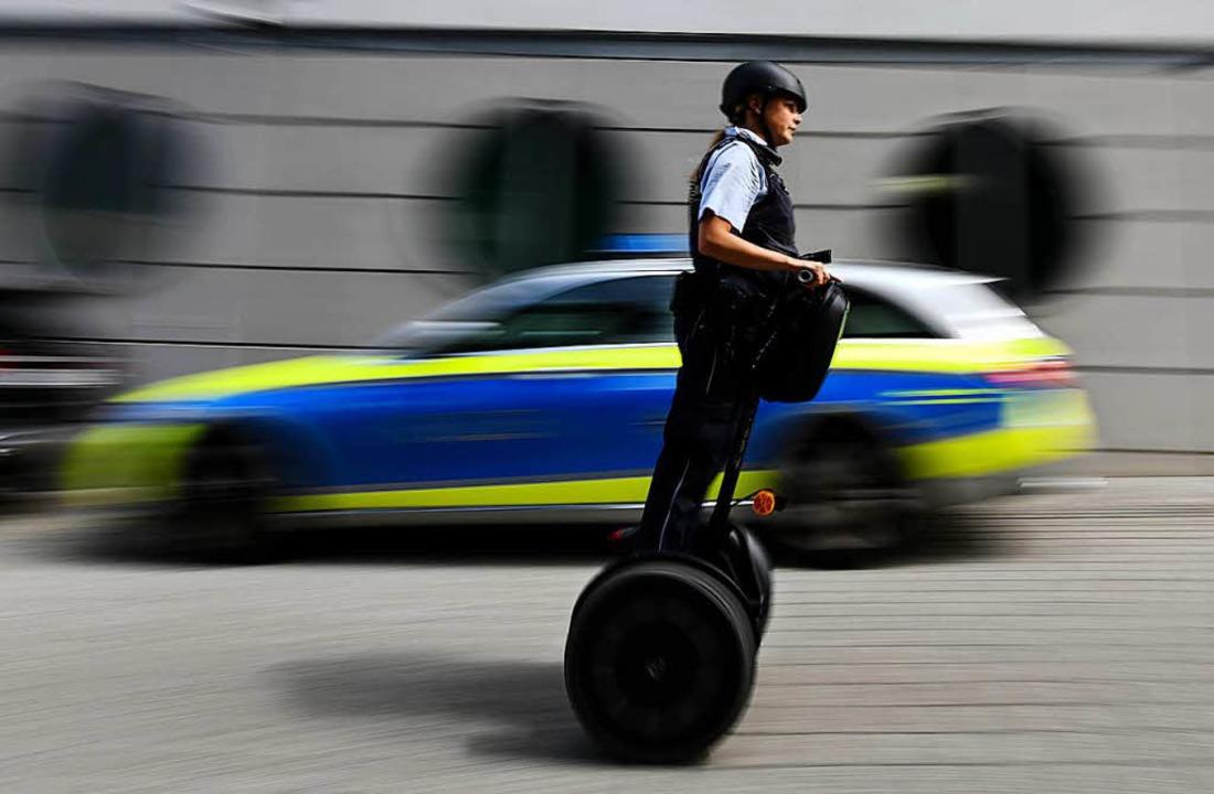 Die Freiburger Polizistin Janka Schmid... dem Segway auch zügig unterwegs sein.  | Foto: dpa