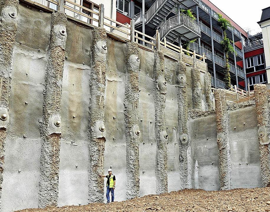 Blick in die Baugrube der Volksbank Baustelle Stahlpfosten Verbau    Foto: Jens Kitzler