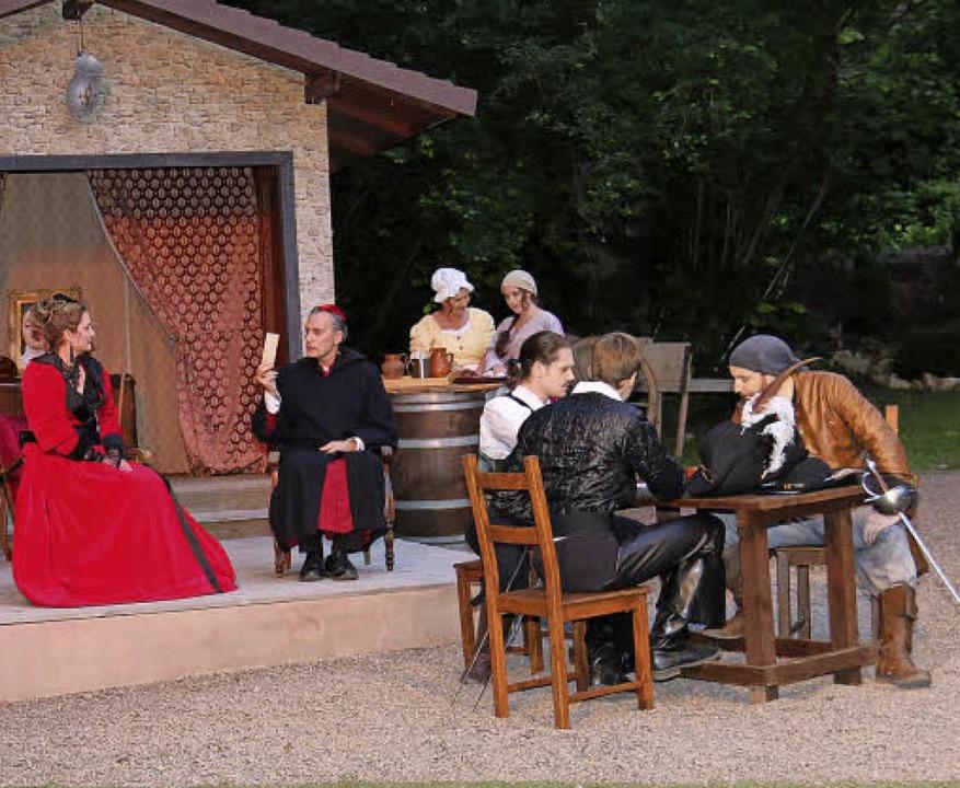 Die Musketiere belauschen Richelieus Intrige.  | Foto: Dagmar Barber