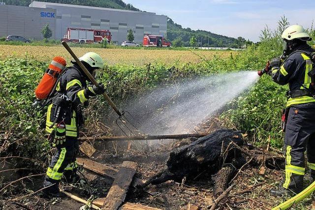 Feuer auf Feld unter Kontrolle gebracht